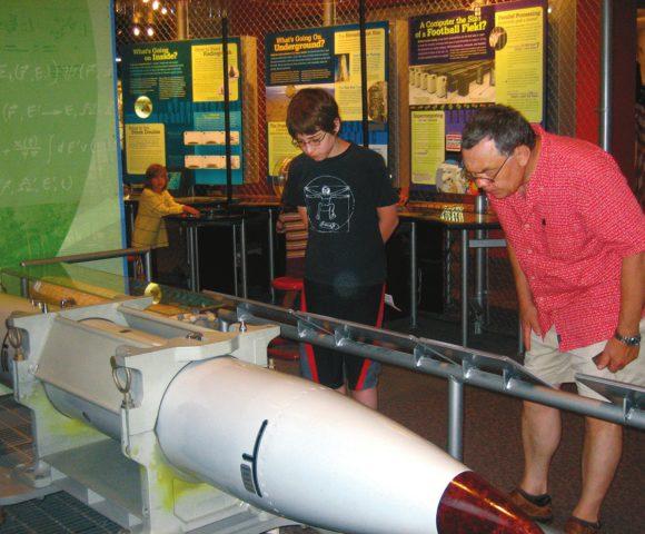 Сергей Шандарин с внуком в Музее атомной бомбы в Лос-Аламосе