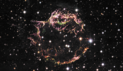 Другой молодой остаток сверхновой - Кассиопея А, взрыв произошел около 330 лет назад (восстановлено по скорости расширения оболочки). Удивительно, что его не наблюдали, - может быть, взрыв произошел в пылевом коконе? Снимок сделан теми же тремя телескопами, что и первый снимок Крабовидной туманности. Ударная волна от взрыва (синие волокна) видна в основном в рентгеновском диапазоне.