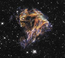 Много остатков сверхновых наблюдается в Магеллановых Облаках. Один из них, N49, интересен тем, что в нем находится первый из магнетаров, чья гигантская рентгеновская вспышка была зарегистрирована космическими аппаратами 5 марта 1979 г. Это событие положило начало новому классу объектов - мягкие гамма-репитеры (soft gamma-ray repeaters). Такое странное название они получили на фоне гамма-всплесков, которые никогда не повторялись из одного места и имели более жесткий спектр. Магнетар - нейтронная звезда с аномально сильным магнитным полем (1015 или даже 1016 Гаусс). Энерговыделение их А л, 46 вспышек достигает 10 эрг за доли секунды (Солнце высвечивает такую энергию за сотни тысяч лет).