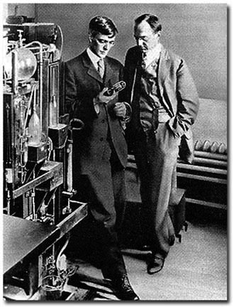 Ирвинг Лэнгмюр и Уиллис Уитни в лаборатории, 1920 г. Фото с сайта www.harvardsquarelibrary. org/unitarians/whitney.html