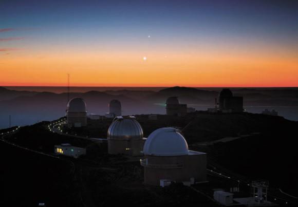 """Одно из «фото недели» ESO. Танец трех планет над обсерваторией Ла Силья. фото: ESO/Y. Beletsky (<a href=""""http://www.eso.org/public/"""">www.eso.org</a>)"""
