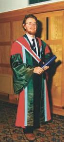 Джон Белл на получении почетного звания В Университете Квинс в Белфасте, июль 1988 года. значение работ Белла, первые из которых Были опубликованы в начале 60-х годов, долго не понималось. В последние десятилетия Белл был известен почти исключительно как автор неравенств Белла, смысл которых часто искажается
