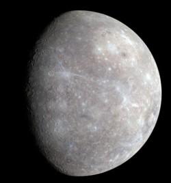 «Парадный портрет» собран как мозаика снимков, сделанных с расстояния от 12800 до 16700 км. Снимок дан в искусственном цвете, хотя цветом это можно назвать с большой натяжкой: Меркурий по существу черно-белый и очень темный, как, впрочем, и Луна.