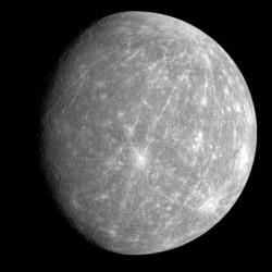 Зато черно-белый портрет весьма выразителен. Бросаются в глаза белые лучи, идущие от кратеров. От одного из них (вверху) лучи идут почти через всю планету, придавая ей сходство с арбузом. Светлые лучи - струи выброшенной породы при ударе астероида. Они не такие уж светлые, просто светлее остальной поверхности, потемневшей за миллиарды лет от бомбардировки космическими лучами.