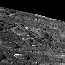 На двух последних снимках - два очень отличающихся друг от друга участка поверхности: гористый и сильно изрытый с тектоническим разломом, прорезающим кратеры, и более гладкий, как будто заплывший лавой, с гораздо меньшим числом кратеров меньшего размера.