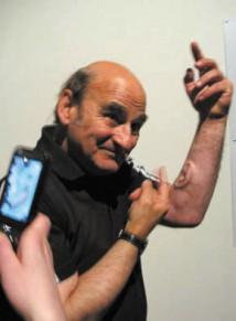 Художник демонстрирует третье ухо