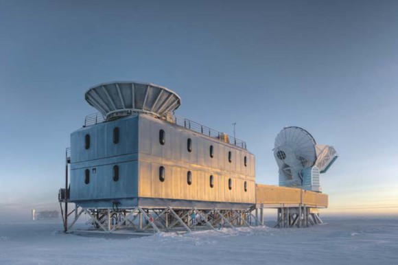 BICEP2 (на переднем плане) и южнополярный телескоп SPT (South Pole Telescope) на фоне заката. Фото Steffen Richter (Harvard University) с сайта www.cfa.harvard.edu