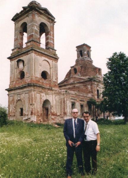 Академик Н.Г. Басов и его ученик на фоне развалин церкви в селе Пучково близ Троицка, восстановленной позже при деятельном участии В.С. Летохова (1980 год). Фото Т.Кару