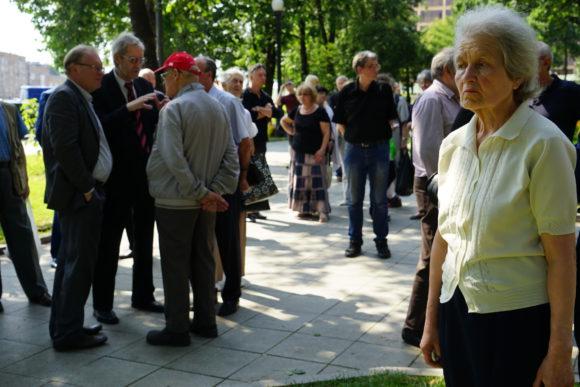 Проводить Ю.А. Рыжова пришли десятки людей