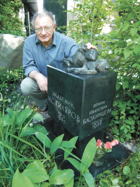 А.М. Гиляров у могилы своих родителей 1 июня 2009 года. Фото П. Петрова