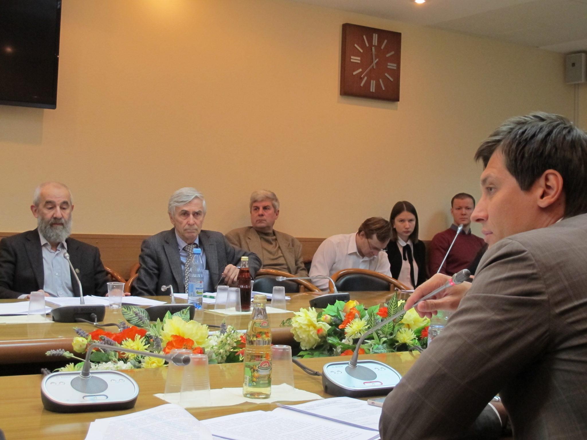 Комитет Госдумы по науке поддержал законопроект об отмене срока  Дм Гудков и ученые пришедшие поддержать закон