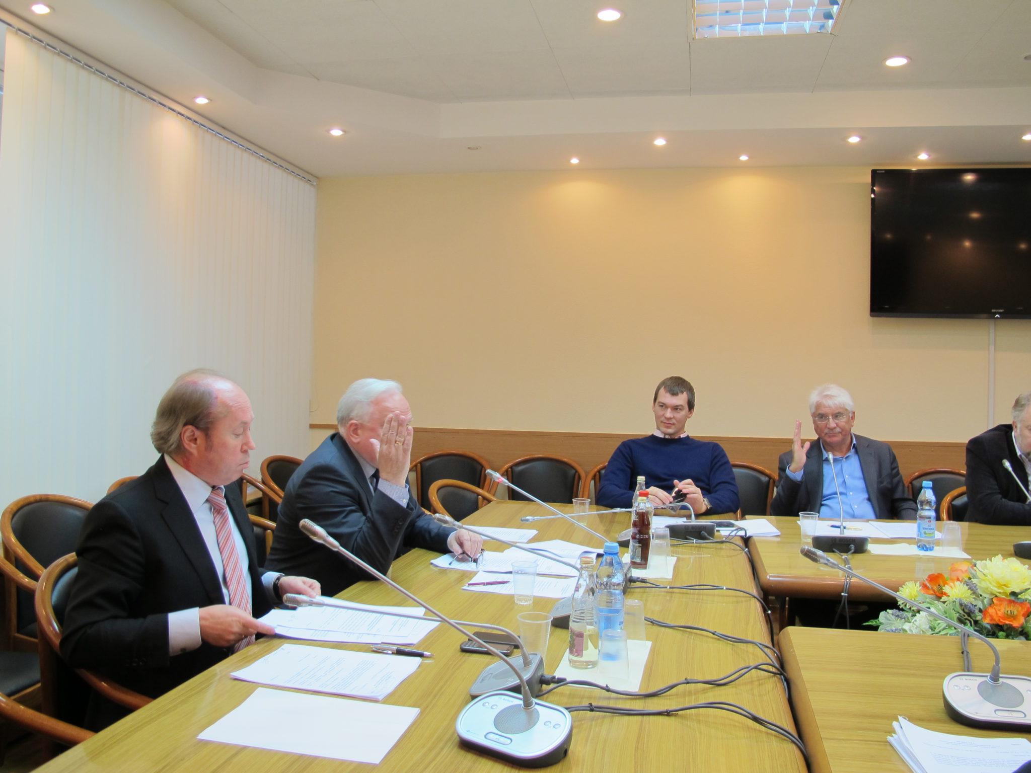 Комитет Госдумы по науке поддержал законопроект об отмене срока  Члены Комитета по науке голосуют