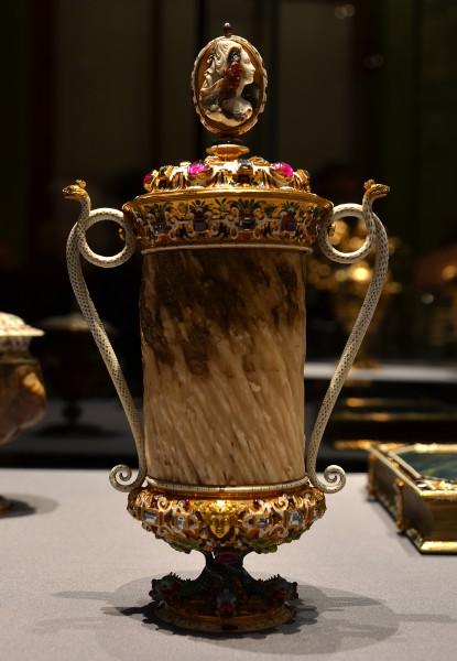 Кубок из «рога единорога» (зуба нарвала), разработанный Яном Вермеером и созданный в мастерской Мизерони в Праге в 1600 г. Источник: https://fr.wikipedia.org/wiki/Corne_de_licorne