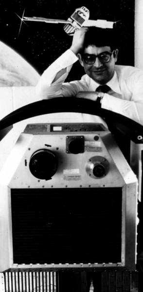 Рис. 2. Риккардо Джаккони и спутник Uhuru (www.cfa.harvard.edu/hea/histmissions.htm)