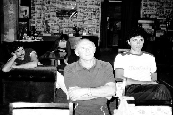 На заседании. Библиотека Малого Ахуна. Обратите внимание, какнаслаждается Володя Догель происходящим у доски – теперь под обстрелом не он,да и у Бори на лице тихая усмешка, а вот Лев Дорман (в центре) весьма сосредоточен.