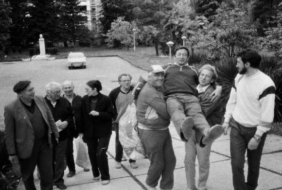 На снимке Вадим Цытович и Миша Рабинович несут Яшу Синая в библиотеку. На заднем плане поодоль виден маленький бюст Ленина предназначенный для маленьких обитателей Кремля.