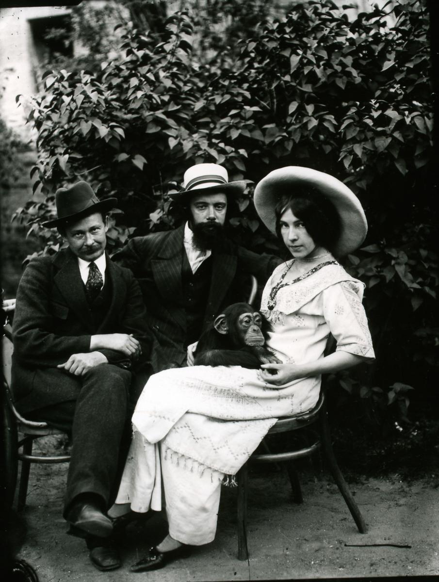 Таксидермист Дарвиновского музея Филипп Федулов (слева) вместе с супругами Котс и шимпанзе Иони