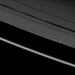 Спутник Дафнис (Справа внизу угла) в щели Килера