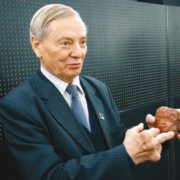 Клим Чурюмов показывает на модели ядра кометы, куда прикометилась «Розетта». Фото Н. Деминой