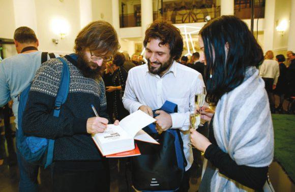 С. Дробышевский подписывает книгу, получившую «народную» премию