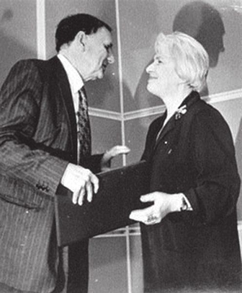 Наталья Солженицына поздравляет Андрея Зализняка с премией. Фото с сайта www.lgz.ru