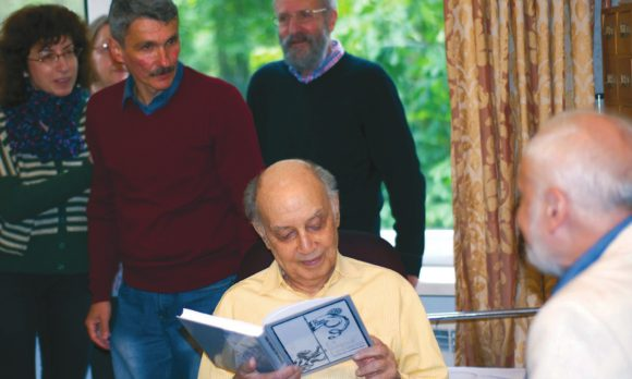В день 90-летия археологи подносят Л. С. Клейну сборник в его честь. Фото И. Лицука