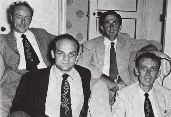 Члены, основанного Гамовым, клуба носителей РНКовых галстуков: Фрэнсис Крик, Лесли Оргел, Алекс Рич и Джим Уотсон. Кембридж, 1955. Фото с сайта/scarc.library.oregonstate.edu