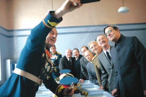 Фото с сайта www.islingtongazette.co.uk. Коллективное селфи делает актер Джейсон Айзекс, блистательно сыгравший роль Г. К. Жукова