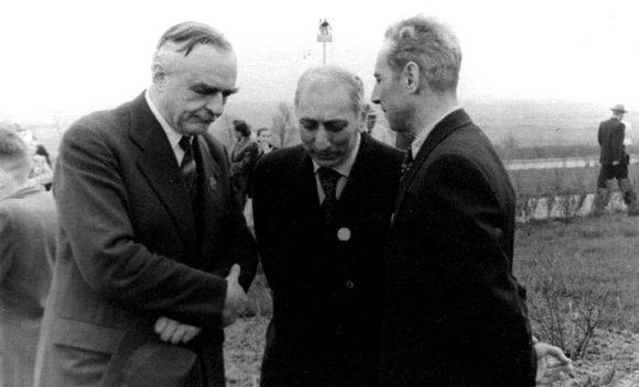 На открытии Пулковской обсерватории в 1954 году. Слева направо: Донжон, Слюсарев, Иоаннисиани