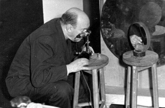 Д. Д. Максутов контролирует качество металлического зеркала. Пулково, 1957 год