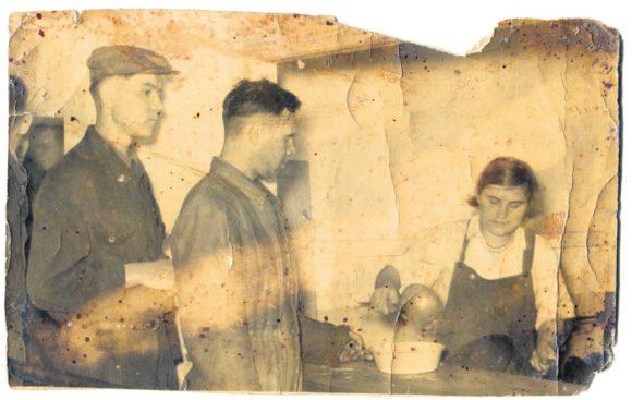 Лагерная столовая. Бавария, 1942