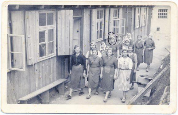 Выход на работу. Лагерь при фабрике по изготовлению тары. Хиршберг, 1943