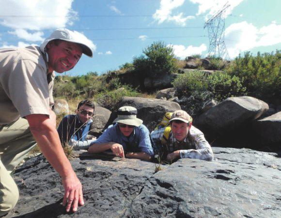 Раис Латыпов (крайний справа) и его коллеги — Cтив Барнес из Австралии, Самер Машаур из Ирана и Ричард Хорнсей из ЮАР — исследуют текстурные особенности хромитов