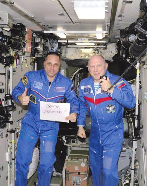 На борту МКС российский экипаж (Антон Шкаплеров и Олег Артемьев) сделал для А. Хохлова поддерживающую фотографию и прислал через Андрея Рюриковича.