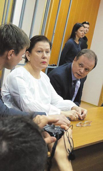 Наталья Шарина на заседании суда 5 июня 2017 года с адвокатами. Слева — Евгений Смирнов, справа — Иван Павлов. Фото М. Вишневецкой
