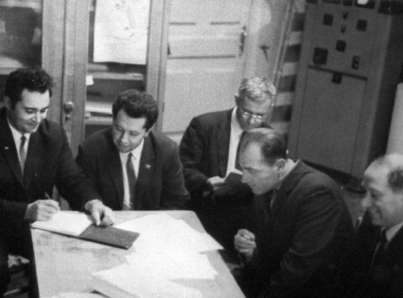 Совещание по ИК-спектрометру в комиссии. Москва, октябрь 1969 года. Слева направо: Я. Кругер, В. Е. Плисс и Ю. С. Стрелецкий и др.