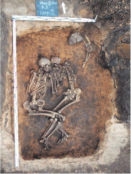 Рис. 1. Парное захоронение, относящееся к срубной археологической культуре в Самарской области, в котором была обнаружена чумная палочка [3]