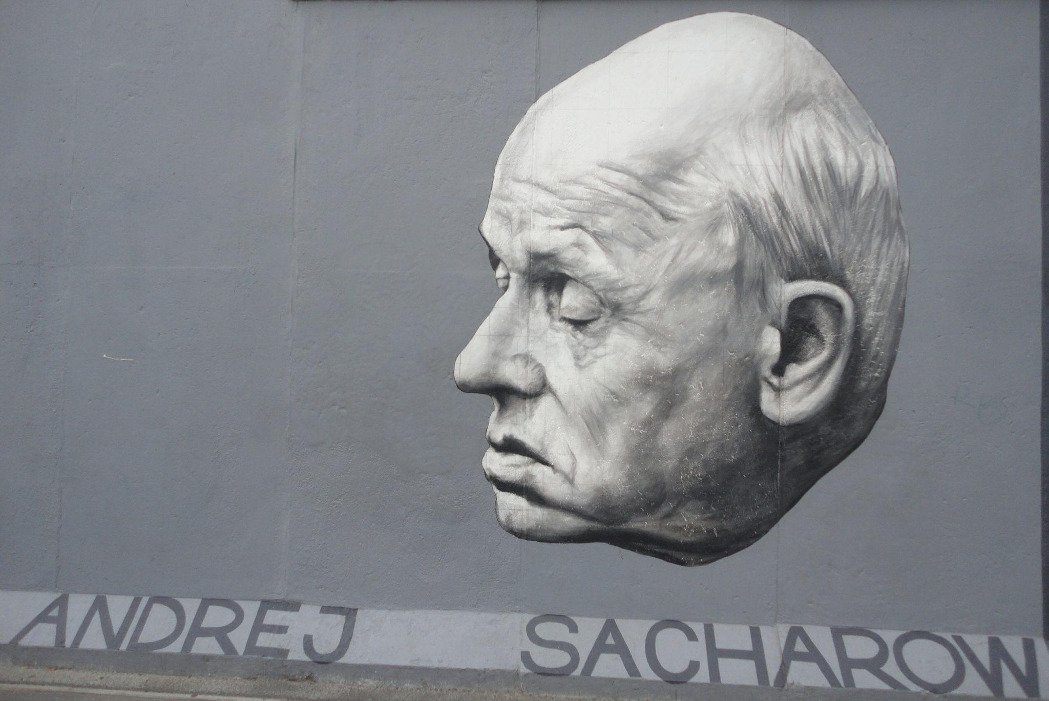 Портрет физика, диссидента, лауреата Нобелевской премии мира 1975 года Андрея Сахарова работы Дмитрия Врубеля на одном из сохранившихся фрагментов Берлинской стены (восстановлен в 2009 году)