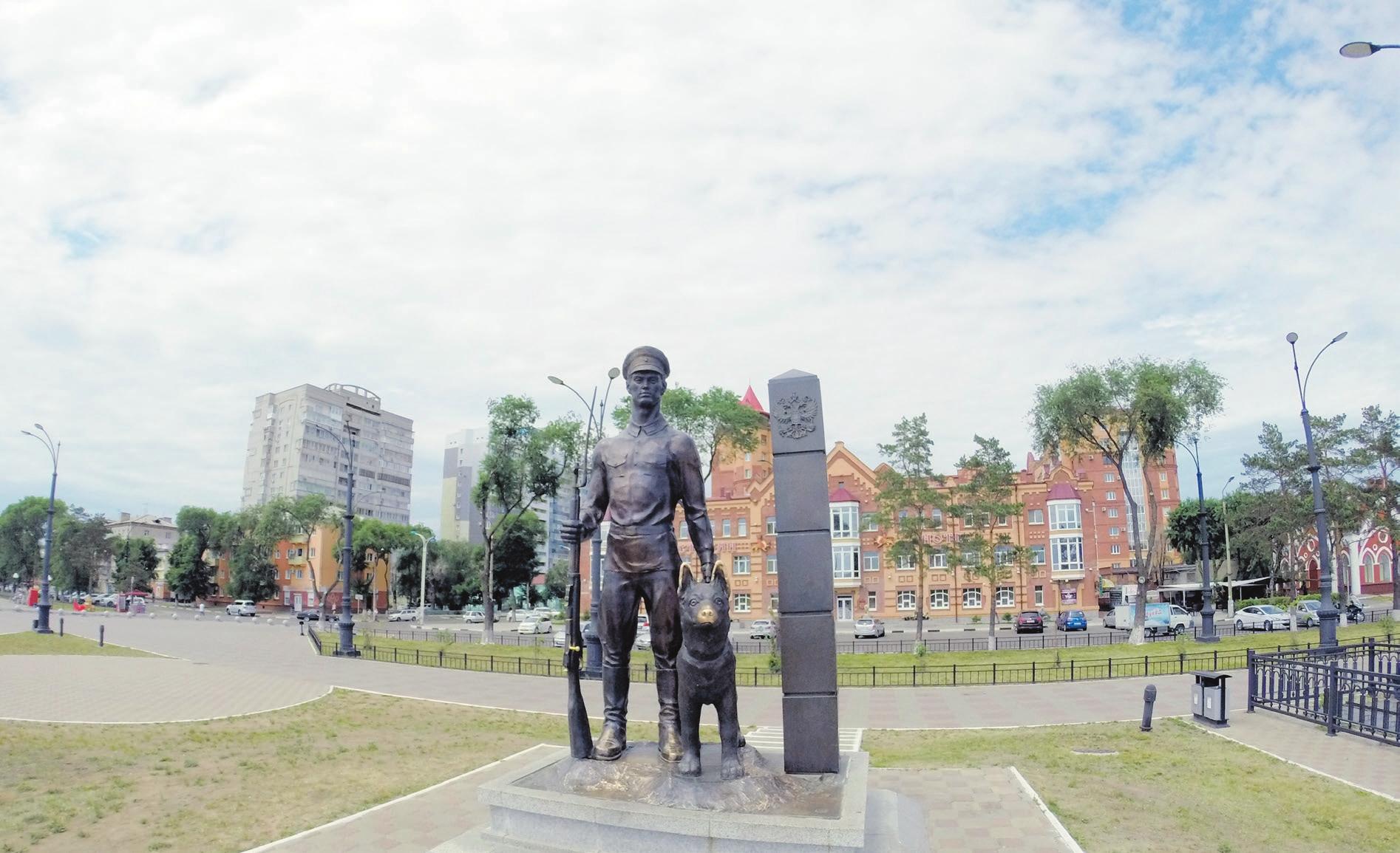 Памятник пограничнику с собакой в Благовещенске, открытый в мае 2007 года на набережной реки Амур