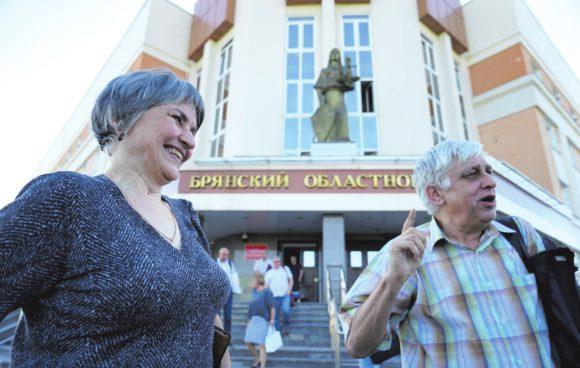 О. Зеленина и С. Шилов у здания Брянского суда. Фото Н. Деминой