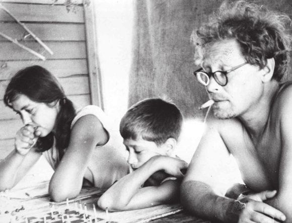 Шахматный турнир вполевом лагере подо Ржевом, 1971год. Н. М. Жуковская, Саша Рекубратский и С. А. Ковалёв