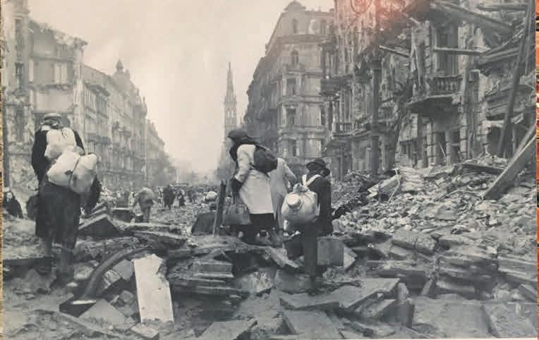 Жители Варшавы покидают город после разгрома восстания, октябрь 1944 года