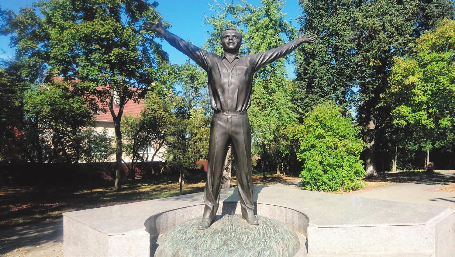 Памятник Гагарину рядом с ГМИК
