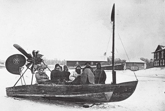 Курчевский с сотрудниками в построенном им глиссере. 1926 год