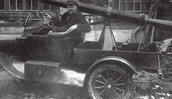 Курчевский на автомобиле с ДРП. 1930 год