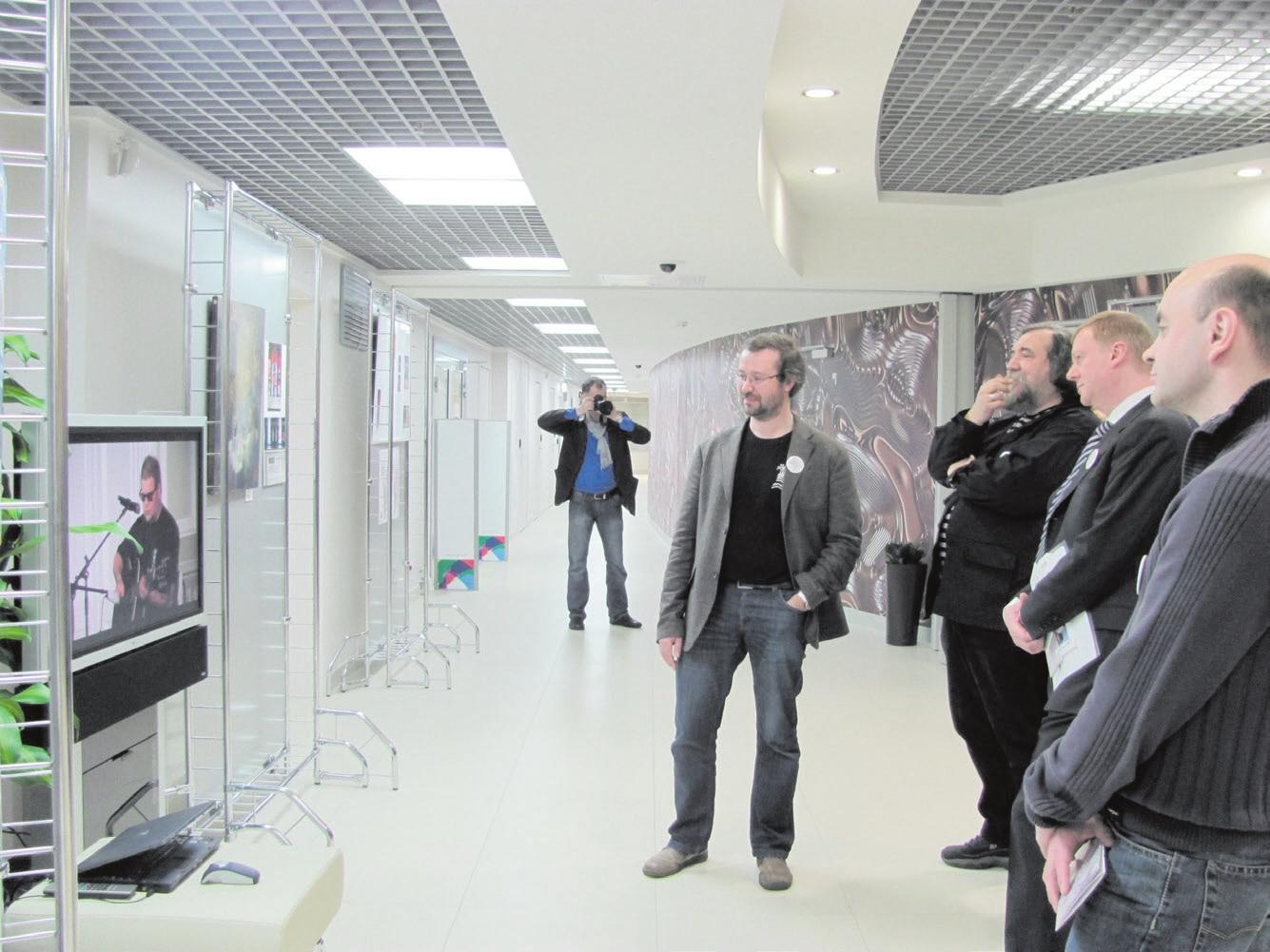 Анатолий Чубайс смотрит запись концерта БГ в поддержку выставки «Митьки и нанотехнологии». Апрель 2011 года. Фото А. Люлиной