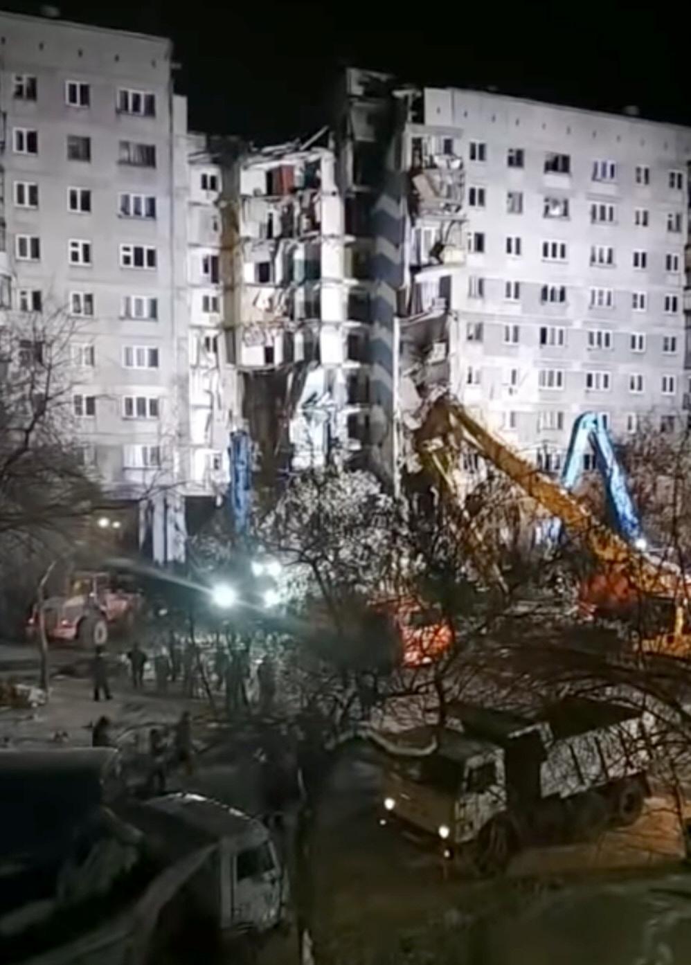 Разбор завалов 2 января 2019 года после взрыва жилого дома в Магнитогорске. Любительская съемка. «Википедия»