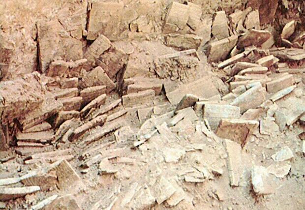 Рис. 4. Дворцовый архив города Эблы (Сирия), XXIV век до н. э. Таблички хранились на деревянных стеллажах, которые до наших дней, конечно, не дошли (prophetess.lstc.edu)