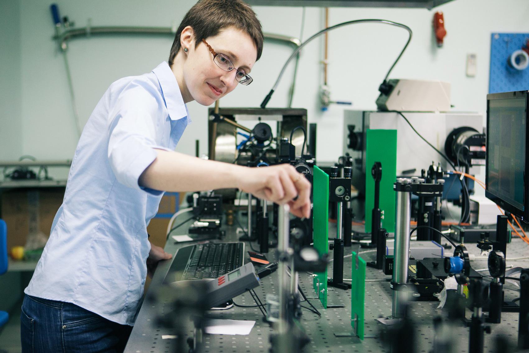 Александра Калашникова в лаборатории ФТИ. Фото пресс-службы Университета ИТМО