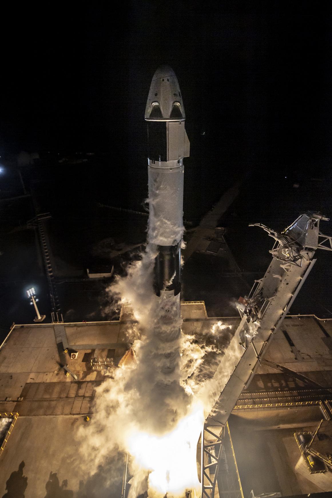 Старт ракеты Falcon 9 с космическим кораблем Dragon 2. Фото SpaceX